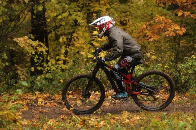Ragazzo in mountai bike nel bosco