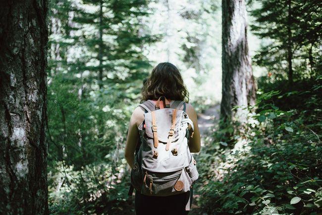 ragazza che fa trekking nei boschi