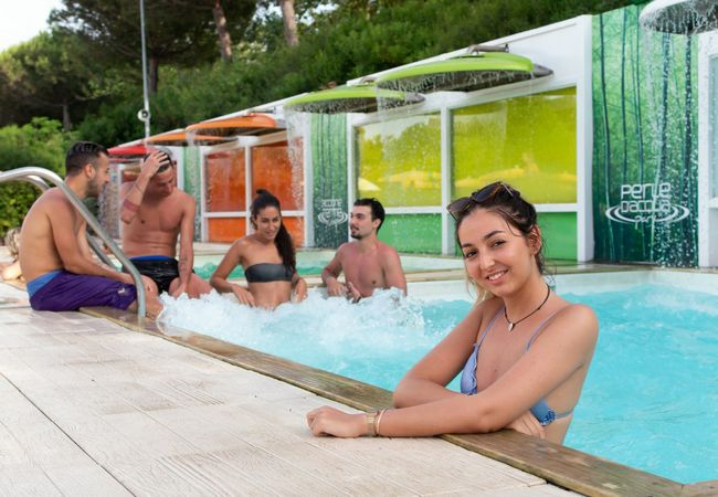 Ragazzi in piscina nelle terme Perle d'Acqua Park di Riccione