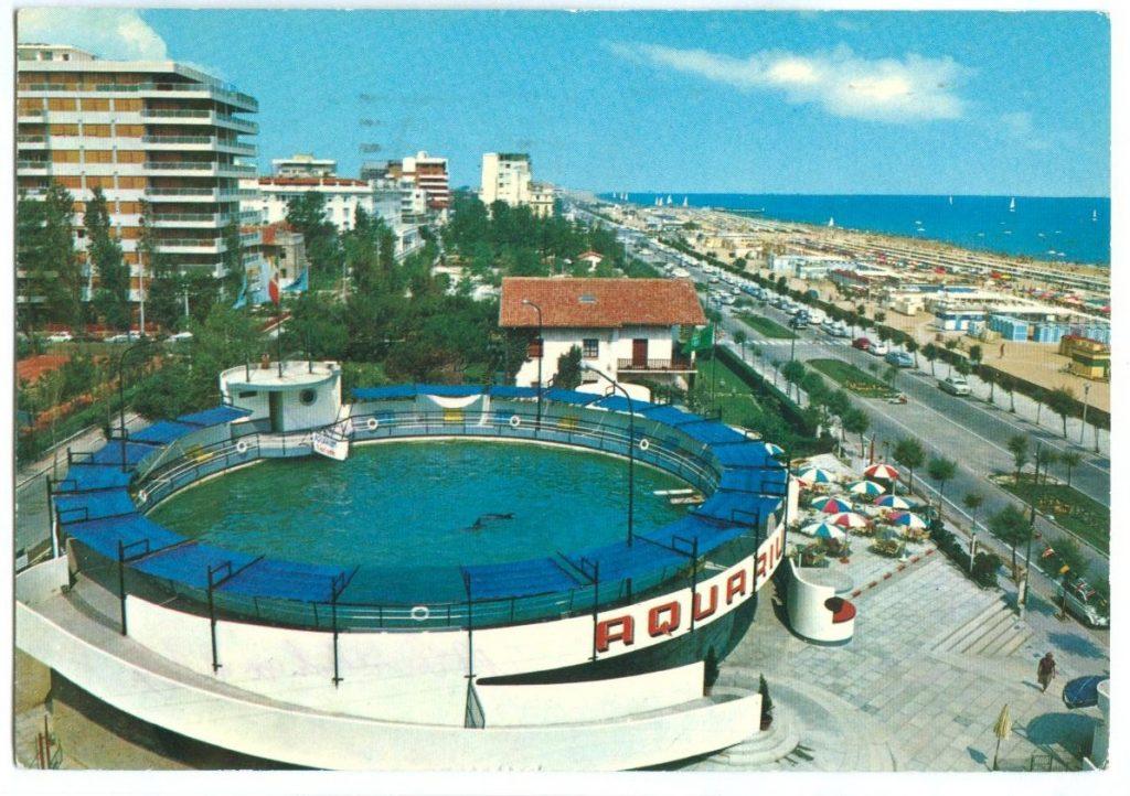 Cartolina che ritrae il vecchio delfinario di Riccione situato vicino alle spiagge